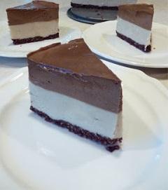 Tort vegan cu durian si mousse de ciocolata